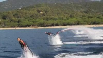 Enlace a Humanos comportándose como delfines