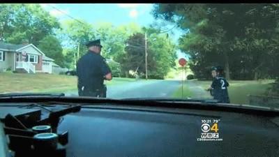 Enlace a Policía parando a un chaval para darle un ticket por buena conducta