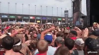 Enlace a A Deadpool le encanta hacer crowdsurfing