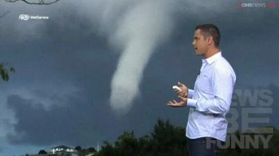 Enlace a La cara del presentador cuando ve la forma de la nube