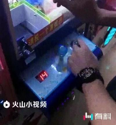 Enlace a Hackeando fácilmente una máquina de pinzas para conseguir todos los muñecos
