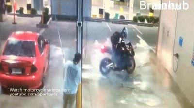 Enlace a No es buena idea hacer el tonto con la moto en las estaciones de lavado