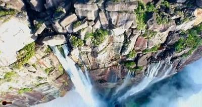 Enlace a El Salto Ángel es el salto de agua más alto del mundo, con una altura de 979m