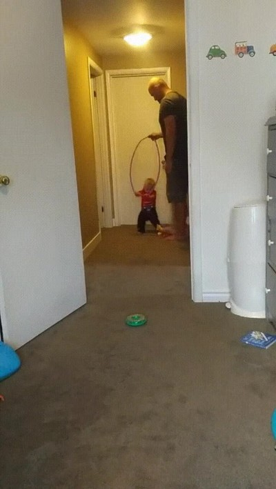 Enlace a Utilizando el hula hoop para enseñar a caminar a su hijo. Adorable
