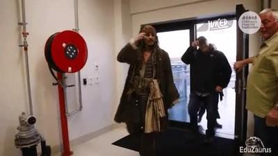 Enlace a Johnny Depp cumpliendo los sueños de niños enfermos en un hospital