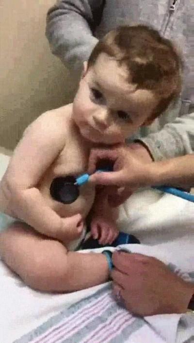 Enlace a Este adorable niño le robo al doctor el corazón