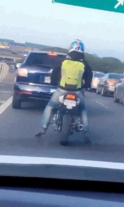 Enlace a Ojalá algúna vez ser tan feliz como este motorista en la carretera