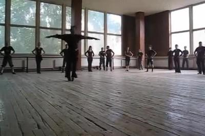 Enlace a Las locas prácticas de una escuela de baile rusa
