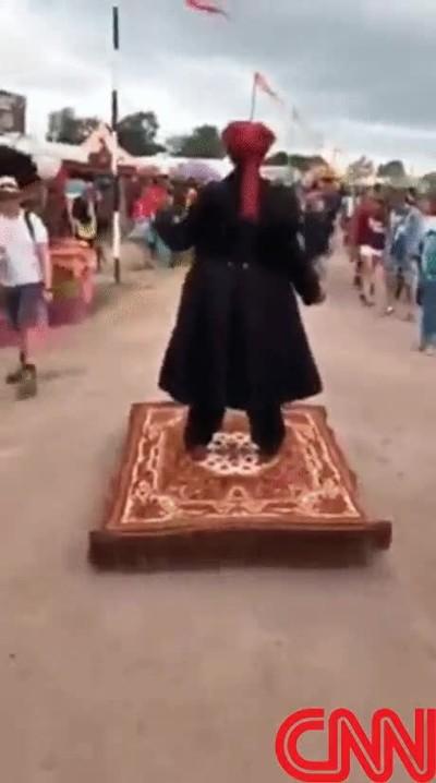 Enlace a Imágenes en exclusiva de un turista destapando el truco de la alfombra mágica de Aladdin