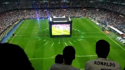 Enlace a Inception: Ver un partido de fútbol en una pantalla dentro de un campo de fútbol