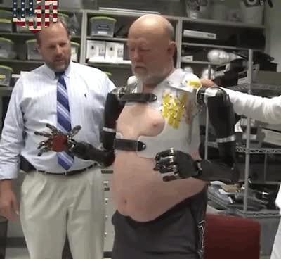 Enlace a Controlando dos extremidades robóticas con la mente