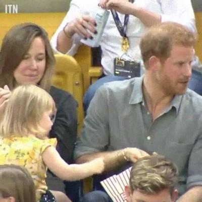 Enlace a Niña pequeña robándole patatas al Príncipe Harry