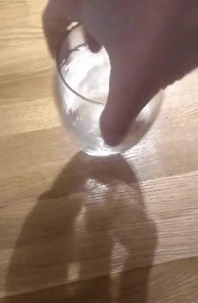 Enlace a En la sombra puedes ver todo el azucar bajando por un vaso de agua