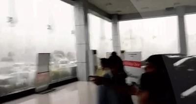 Enlace a Por este motivo de advierten que te mantengas lejos de las ventanas en las tormentas
