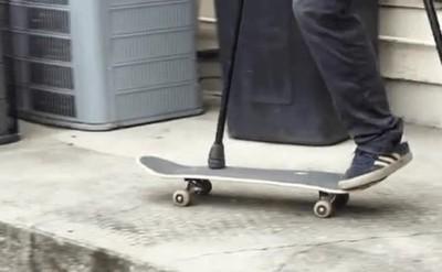 Enlace a Haciendo un increíble truco con el skate y una sola pierna
