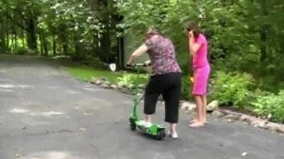 Enlace a Cuando dejas que tu madre pruebe el patinete eléctrico