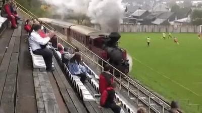 Enlace a El típico tren que calienta por la banda en un partido de fútbol