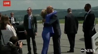 Enlace a Biden negándose a solar a Hillary. Un momento de lo más incómodo