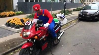 Enlace a Intentando esquivar el caparazón azul de Mario Kart en la vida real