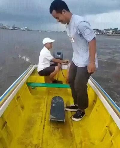 Enlace a Haciendo un flip desde un barco. Ni Tony Hawk