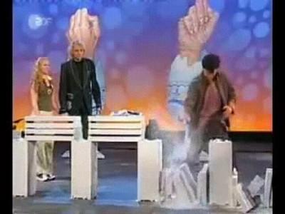 Enlace a Jackie Chan rompiendo 12 bloques de cemento
