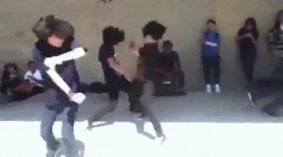 Enlace a Grupo de emos peleando contra luchadores invisibles
