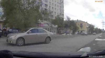 Enlace a Cuando sacas tu coche de ese sitio peligroso justo en último momento