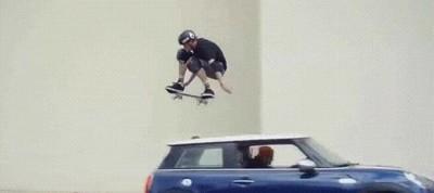Enlace a Saltando por encima de un coche con un skate