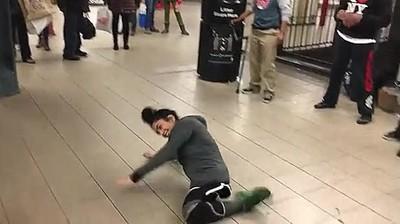 Enlace a Haciendo breakdance con una sola pierna