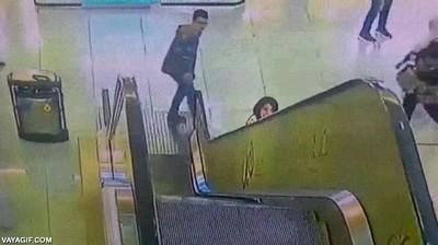 Enlace a The Flash salvando a una niña atrapada en unas escaleras mecánicas