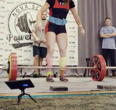 Enlace a Jessica Buettner batiendo su propio récord de peso muerto