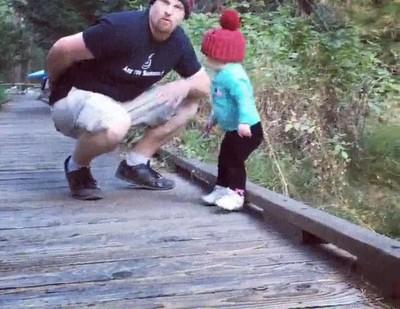 Enlace a Salvando a su hijo de una caída en el último segundo