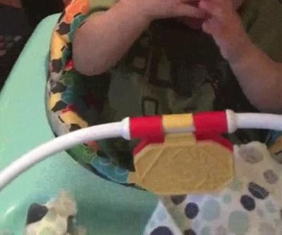 Enlace a La reacción de un bebé al ver por primera vez con la ayuda de unas gafas