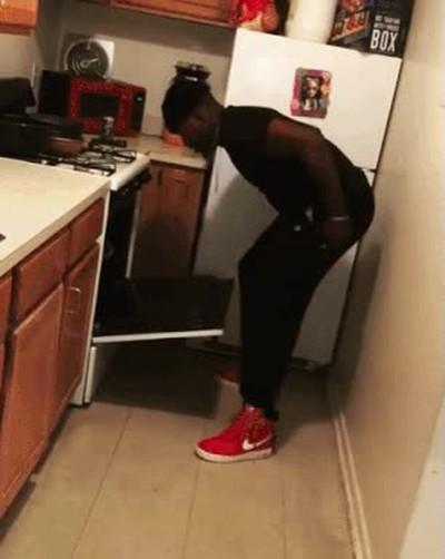Enlace a Cuando le pides ayuda a tu mejor amigo en la cocina