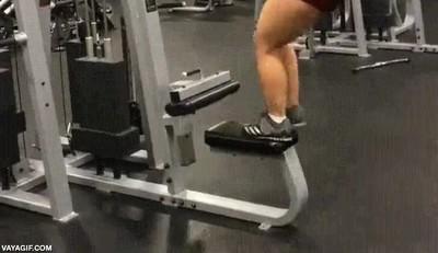 Enlace a El típico problema que tienen las chicas bajitas en el gimnasio