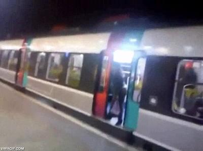 Enlace a Cuando te cansas de esa persona que está aguantando las puertas del metro