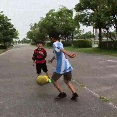 Enlace a Los chavales de la calle cada vez son más buenos con el balón en los pies