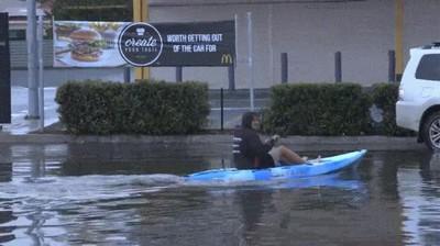 Enlace a Ni las inundaciones evitan que la gente coma comida basura
