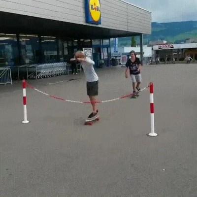 Enlace a Nunca fue una buena idea hacer trucos con el skate en la puerta del Lidl
