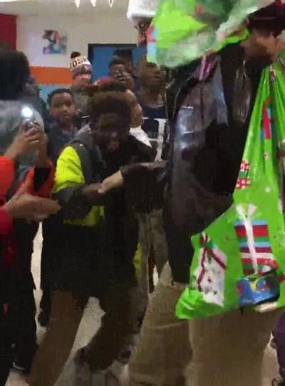 Enlace a Obama sorprendiendo a un grupo de niños disfrazado de Santa