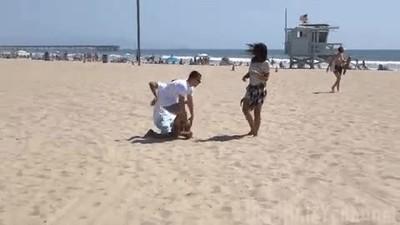 Enlace a Cuando vas paseando con tu novia tranquilamente por la playa y...