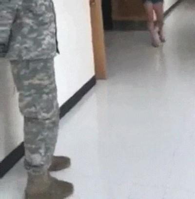 Enlace a La reacción de una chica al ver a su padre militar después de mucho tiempo