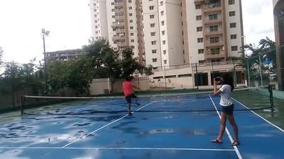 Enlace a Cuando tienes la genial idea de saltar la red de una pista de tenis