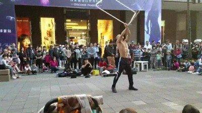 Enlace a Alucinante artista callejero en las calles de Taipéi