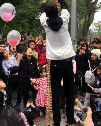 Enlace a Niños que acaban con la magia de un espectáculo callejero