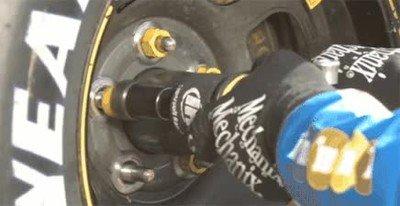 Enlace a El trabajo que hacen los mecánicos en boxes a cámara lenta
