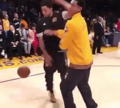 Enlace a Humillando a su rival en la pista de baloncesto