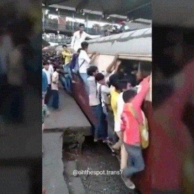 Enlace a A nadie le gustaría tener que subir a este tren en hora punta para ir a trabajar