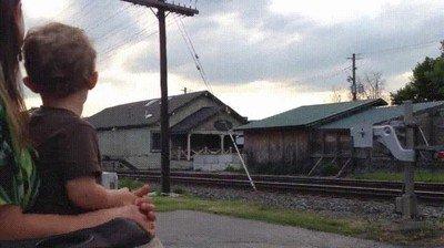 Enlace a La cara de felicidad de un niño al ver que su padre conduce un tren