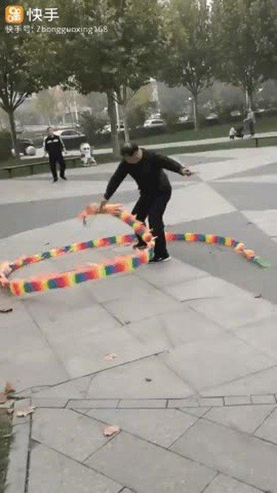 Enlace a Tres personas jugando con un dragón